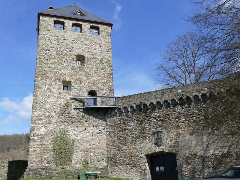 By car, as a hike or by bike from Caan via Stromberg down to Sayn Castle
